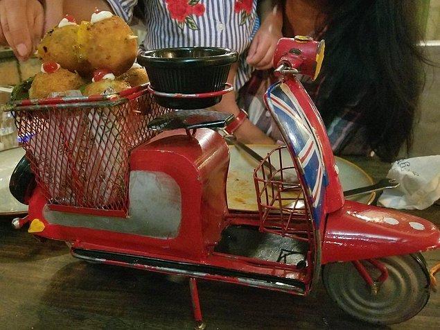 11. Motosiklet sepetinde peynir topları.