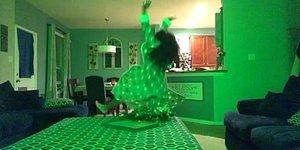 Ailesi Tarafından Evde Yalnız Bırakılınca Çılgınca Dans Etmeye Başlayan Kız
