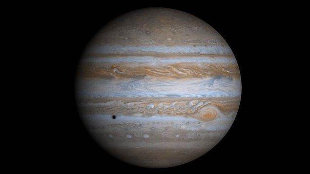 1. Juno tarafından yakalanan ham fotoğraflar, NASA içinde geliştirildikten sonra halka sunulmuş.