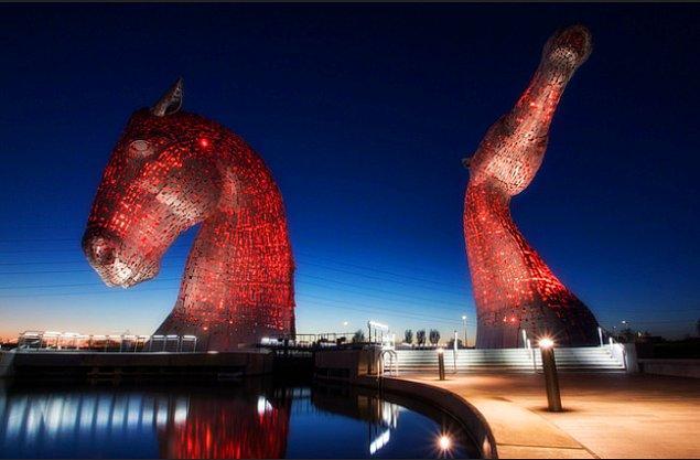7. İskoçya'da Carron Nehri yakınında duran 30 metre yüksekliğinde, boğulma tehlikesini simgeleyen at şeklindeki deniz perisi heykeli:
