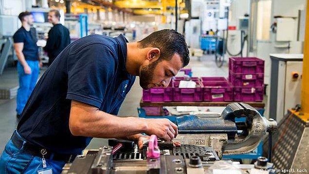 Almanya'da her yıl iş hayatına başlayan insan sayısından 300 bin fazlası, emeklilik ya da başka nedenlerle işi bırakıyor.