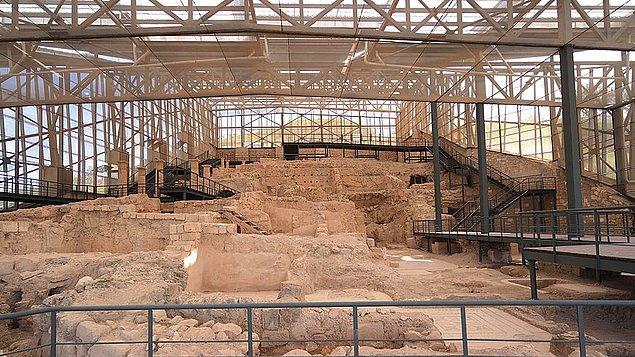 Kentten çıkarılan tüm mozaikler ikinci ve üçüncü yüzyıla tarihli ve Roma dönemine ait.