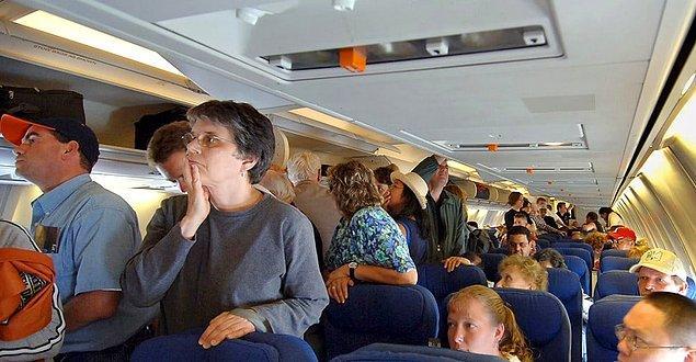Ve sonunda uçağa bindik efendim, doğru koltuğu bulup oturun, kalkışa hazırlanırken hostesin direktiflerini dinlemeyi unutmayın.