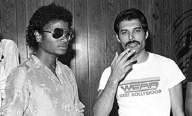 6. Operanın en güçlü sesi olduğu bilinen Montserrat Caballe ile düet yapıp çılgın kalabalığı adeta salladı. Birçok ünlü isim onunla düet yapak istedi. Michael Jackson onunla birlikte bir şarkıya imza atabilmek için kendisine mektup yazdı, düet yapacaklardı ancak MJ stüdyoya evcil lamasını getirmek isteyince Freddie bu ortaklığı iptal etti.