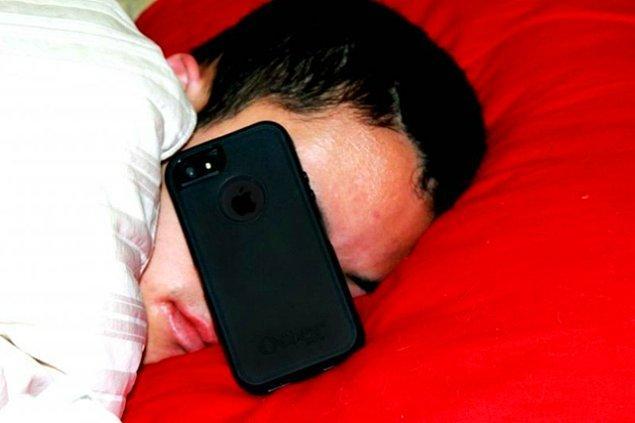 11. Saatlerce telefonda konuştuktan sonra telefonda uyuyakalırlar.