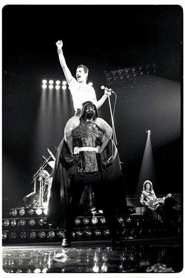 16. Konserlerinden bazılarında DARTH VADER üzerinde performans sergilemişti.