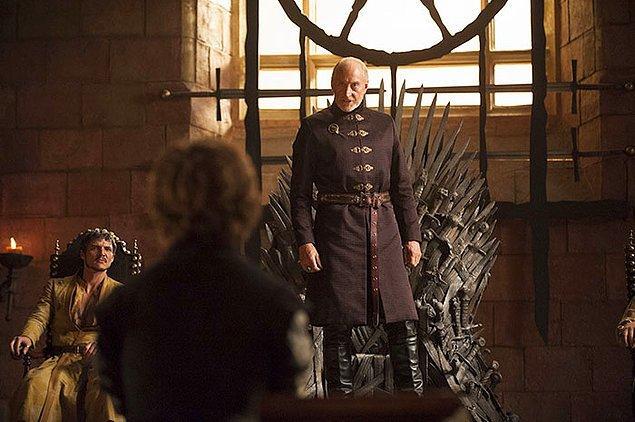 6. Tywin Lannister rolündeki Charles Dance, babasının Tyrion'a çok sert davranışları olduğu için kendini kötü hissediyor ve çekim aralarında Dinklage'den özür diliyormuş.