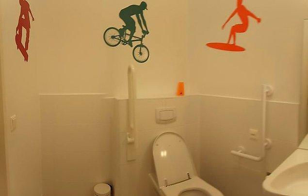 15. Engelliler için yapılmış tuvaletin dekorasyonu: