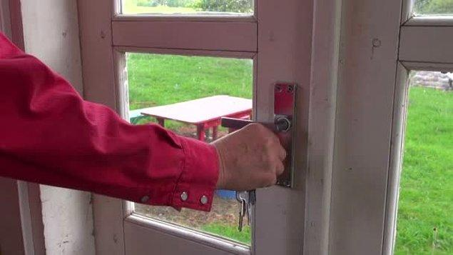 Birinin evine gittiğinizde ev sahibinin kapıyı açıp sizin girmenizi beklemeden içeri girmesi.