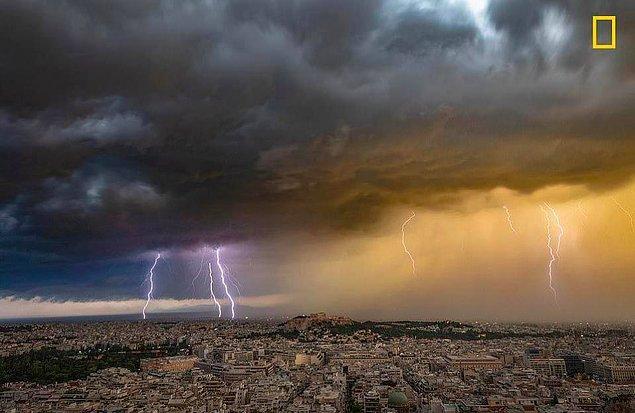Fotoğrafçı Alexandros Maragos, Haziran ayında Atina semalarındaki bu şiddetli yaz şimşeklerini yakaladı.