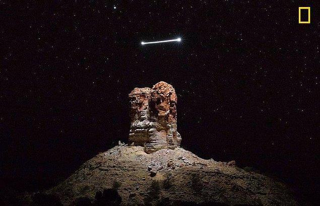 Gecenin ürkütücü bir şekilde aydınlattığı bu dağ fotoğrafı Todd Kennedy tarafından çekildi. Oldukça etkileyici!