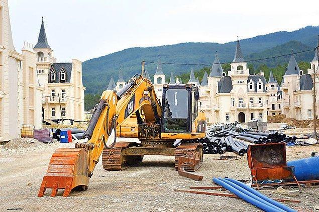 Şu ana kadar 587 villanın yapıldığı projenin inşaatı tamamen durdu