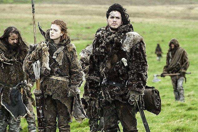 38. 2012 yılında Kit Harington bileğini kırdığı için bir hafta yürüyememiş ve Jon Snow'un olduğu sahneleri, peruklu bir dublör sayesinde çekmişler.