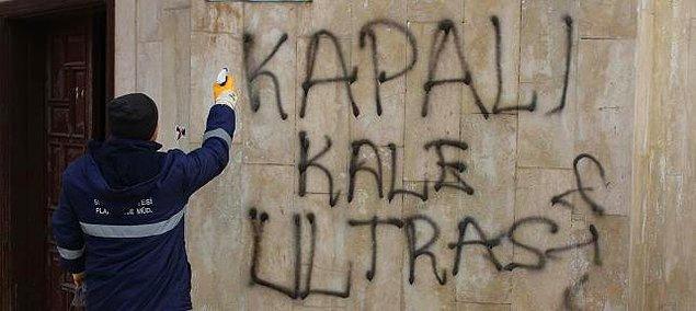 Şehitler Anıtı'nın duvarlarına, 'Babanız Kayserispor', 'Bir gece ansızın geldik' ve 'Kapalı Kale Ultras' yazan fanatikler...