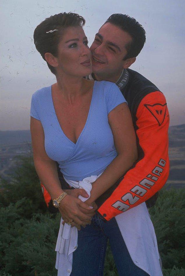 3. Seda Sayan ve ile bir kargo şirketinin ortağı Soner Yapcacık 1998 yılında evlenmiş; düğün fotoğrafları bile dağıtılamadan ayrılmışlardı.