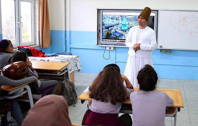 Erhan Gözüyukarı Adapazarı ilçesinde Sait Faik Abasıyanık Ortaokulu'nda sosyal bilgiler öğretmeni olarak görev yapıyor.