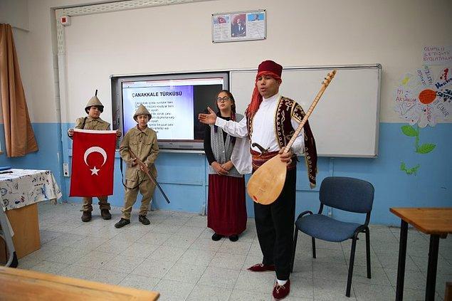 Hatta öğrencilerini de ders konusuna göre giydiriyor.