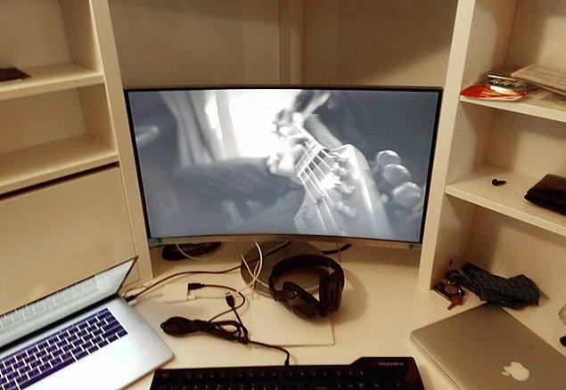 """22. """"Ikea'daki Micke masaya koydukları kavisli ekran."""""""