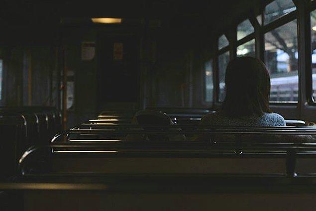 12. Otobüste küçük kızıyla yolculuk yaparken, otobüs bir polikliniğin önünde durmuş ve kız, ''Ölüm, fakirlerin doktorudur.'' demiş.