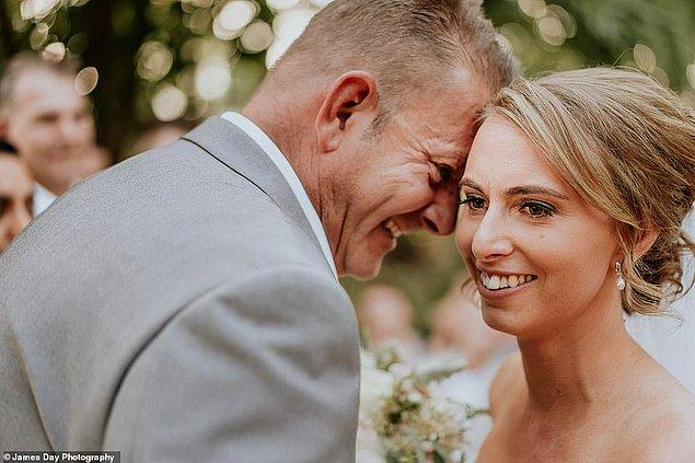 """2017 yılında yeni yıla girecekleri gece ise evlenme teklifi alan Agnew, """"Daha önce evlilik hakkında konuşmuştuk ve ben eğer bir gün bana teklif ederse ailemin de orada bulunmasını istediğimi söylemiştim."""" diyor."""