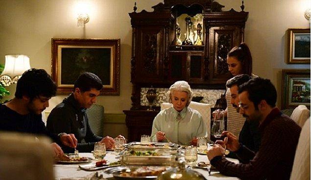 Gelin, yemeğini sonra yemese de sofraya en son oturur. Kocasından, kaynanasından önce oturması da saygısızlık...