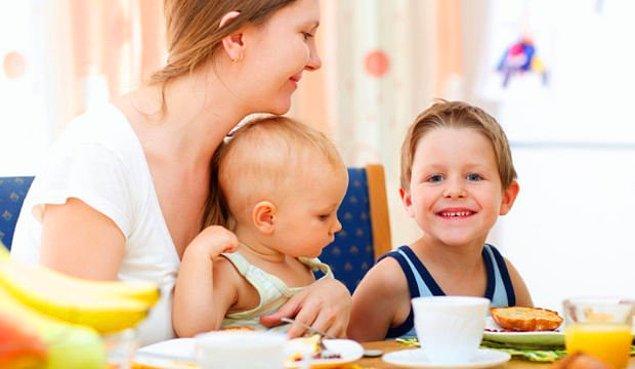 Ve gelin, yemeğini çocuklarıyla birlikte yer. Kocası ve aile büyükleri başka bir sofrada o çocuklarıyla başka bir sofrada yemek yer. Aynı sofrada yemek yiyince neden saygısızlık oluyor anlayamıyoruz...
