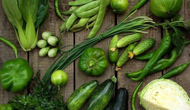 Her gün bir porsiyon taze yeşil sebzelerden tüketmelisiniz. Yüksek miktarda içerdikleri folik asit ve K vitamini, beyninizin genç kalmasına yardımcı olur.