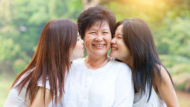 Gençliğinde annesinin düzenli ve uzun ilişkileri olan insanlar bugünki ilişkilerinde daha başarılılar. Yani annenizin ilişki yürütme başarısı ile sizinki tamamen doğru orantılı.