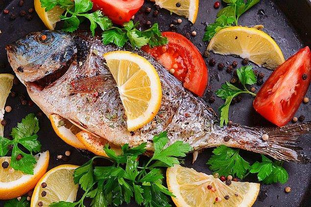 Doymamış yağ asitleri, omega 3 bakımından zengin olan balığı her hafta bir kere tüketmeye çalışın.