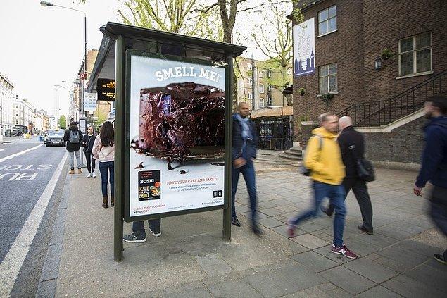 7. Gördüğünüz otobüs durağı ise lezzetli bir yemek gibi kokuyor ve sizlere yemek kitabı tavsiyesinde bulunuyor.
