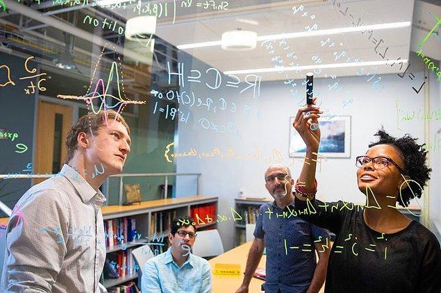 Yıl 2059: Matematik alanında bir projeyi yürütmek.