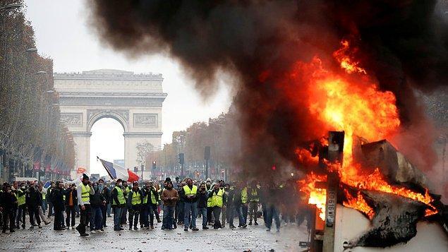 13. Fransa'da 'Sarı Yelekliler' adıyla örgütlenen protestocuların, 17 Kasım'da akaryakıt zamlarına karşı başlattığı kitlesel gösteriler 10. gününe ulaştı.