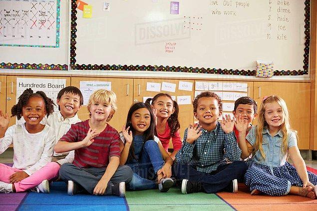 """3. """"Bir anaokulunda öğretmenim ve çocuklara çember saatinde 'oturma kaslarını' ve 'dinleme kaslarını' kullanıp kullanamadıklarını sormak çocukların 'güçlerini' göstermek istemesine neden oluyor."""""""
