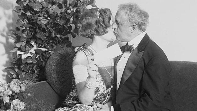 """10. """"Evlenince ruh eşinize onu kazanmaya çalıştığınız zamanki gibi davranmayı bırakmayın. Bu ona hala ilk tanıştığınızdaki gibi aklınızı başınızdan aldığını göstermenin harika bir yoludur."""""""