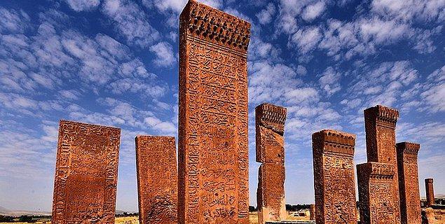 18. Orhun Kitabeleri hangi Türk topluluğundan kalmıştır?