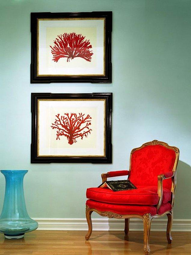 5. Bazen de kırmızı bir berjer ya da bu renkleri barındıran tablolarla evinizin havasını değiştirebilirsiniz.