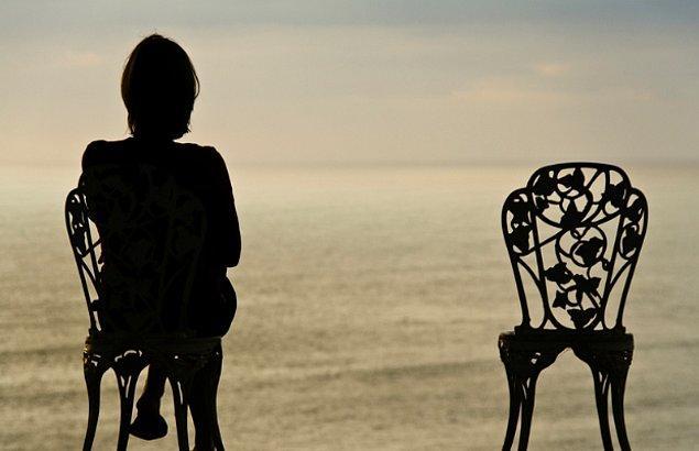 Bekler, bekler yine bekler ama o gemi hiç gelmez. Yine de aşkların en güzelini yaşadığını düşünerek avutur kendini.