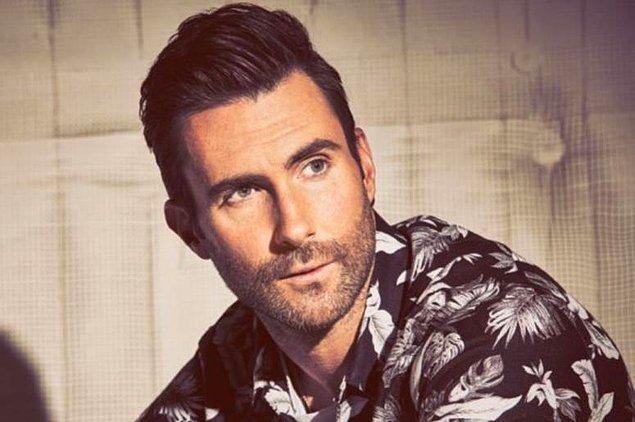 8. Adam Levine, yandan gülüşü ve o güzel sesiyle oldukça etkileyici bir duruşa sahip değil mi?