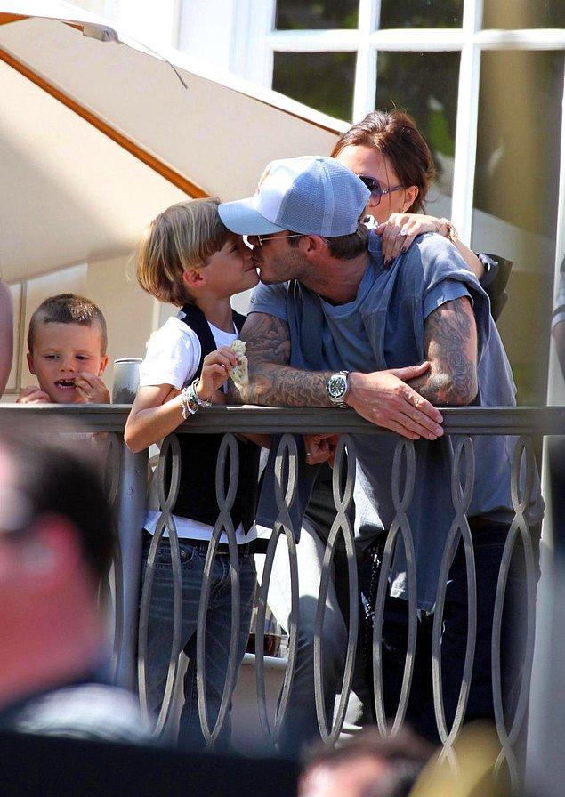 Şunu da ekleyelim, sadece kızını değil diğer çocuklarını da dudağından öperek seviyor David Beckham.