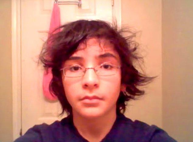 David Espinosa, Bilgisayar Bilimleri öğrencisi. Yüzünün nasıl değiştiğini görmek istediği için 14 yaşında selfie çekmeye başladı.
