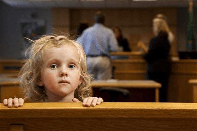"""Eğer çocuk varsa da çocuğun annede kalmaması için ona bir sürü iftira atılıyor. Sevgilisi olduğu ya da """"uygunsuz"""" hayat tarzına sahip olduğu söyleniyor."""