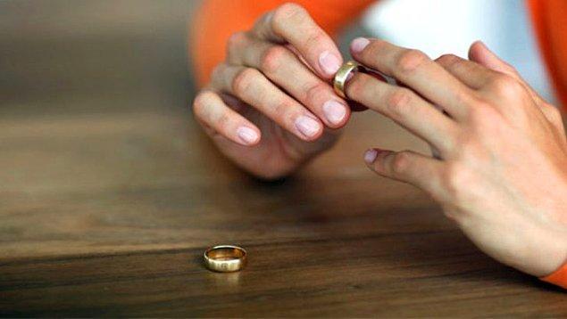 """Boşandıkları için de evli kadınlar tarafından """"kocalarını ayartacak tehlikeli biri"""" olarak görülüyorlar."""