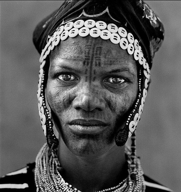 """Bazı Afrika kabileleri yüz nişanlarını """"kimlik kartını yüzünde taşımak"""" ve """"gururun simgesi"""" olarak görüyor."""