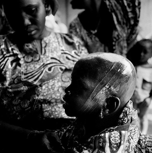 """Bu ritüel sonrasında çocuklar, kabile büyüklerinin arasına katılabiliyor ve artık """"yetişkin"""" kabul ediliyor."""