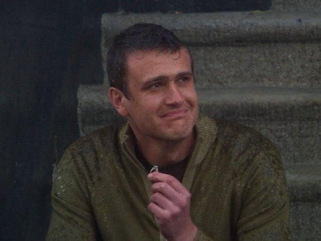 7. ''How I Met Your Mother'' dizisinde, Lily'nin Marshall'ı terk edip, nişanı attıktan sonra Marshall'ın yüzükle merdivenlerde tek başına oturduğu sahne.