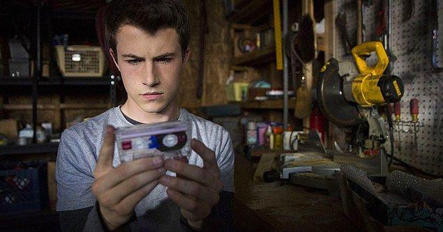 22. ''13 Reasons Why'' dizisinde, Clay'in Hannah tarafından intihar etmeden önce kendisine doldurduğu kaseti dinlemesi.