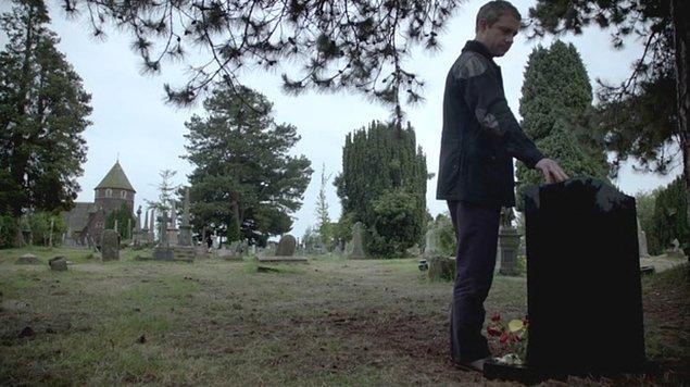 31. John Watson'ın, can dostu Sherlock'un mezarı başında ''Lütfen ölmemiş ol'' diye yalvardığı sahne...