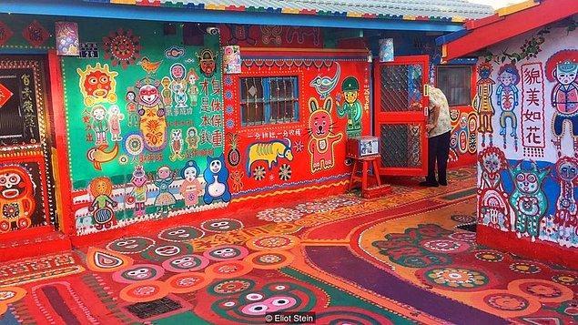 Huang Yung-fu her sabaha karşı uyanır, iki odalı küçük bungalovundan elinde bir avuç boya tenekesi ile sokaklara dökülürmüş.