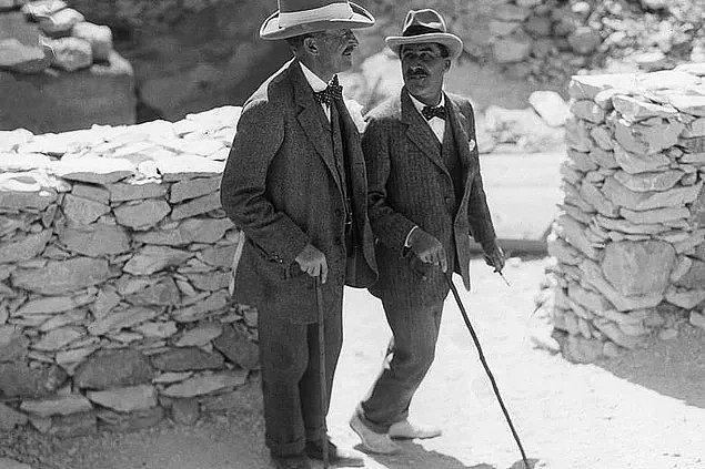 1. 26 Kasım 1922'de Howard Carter ve Lord Carnarvon, Mısır Firavunu Tutankhamun'un mezarına 3000 yıl sonra giren ilk insanlar oldu.