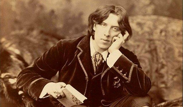 5. 30 Kasım 1900'de, Oscar Wilde Paris'te bir otel odasındaki duvar kağıdına ''Birimiz gitmeli.'' notunu bırakıp intihar etti.